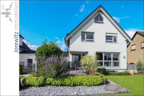Schickes Einfamilienhaus mit tollem Garten in Bielefeld-Brake, 33729 Bielefeld, Einfamilienhaus